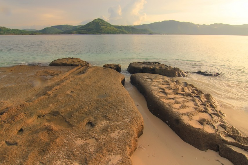 Selain menikmati pemandangan, kita juga bisa melihat Pulau Lombok yang letaknya berseberangan dengan Gili Kedis