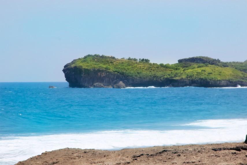 Selain ombaknya yang besar, Pantai Indrayanti juga memiliki pasir yang putih