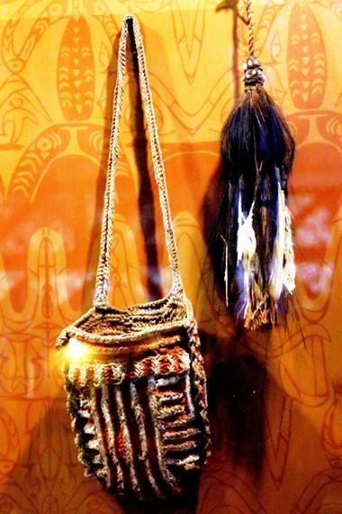 Selain pakaian adat, masyarakat Suku Asmat mempunyai berbagai aksesori penunjang kehidupan yang lain seperti tas dan wadah