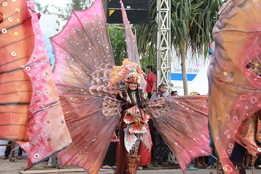 Selain peserta dari Jember fashion carnaval, dalam parade ini anak-anak dari Belitung juga tidak mau ketinggalan tampil di Belitung Beach Festival