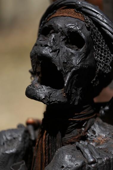 Semua aksesoris yang melekat di tubuh mumi adalah aksesoris asli yang dipakai ketika sang Kepala Suku masih hidup
