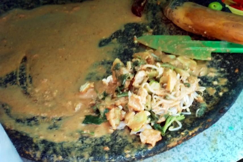 Semua sayur-sayuran dicampur bumbu kacang menjadikan rasa gado-gado menjadi nikmat