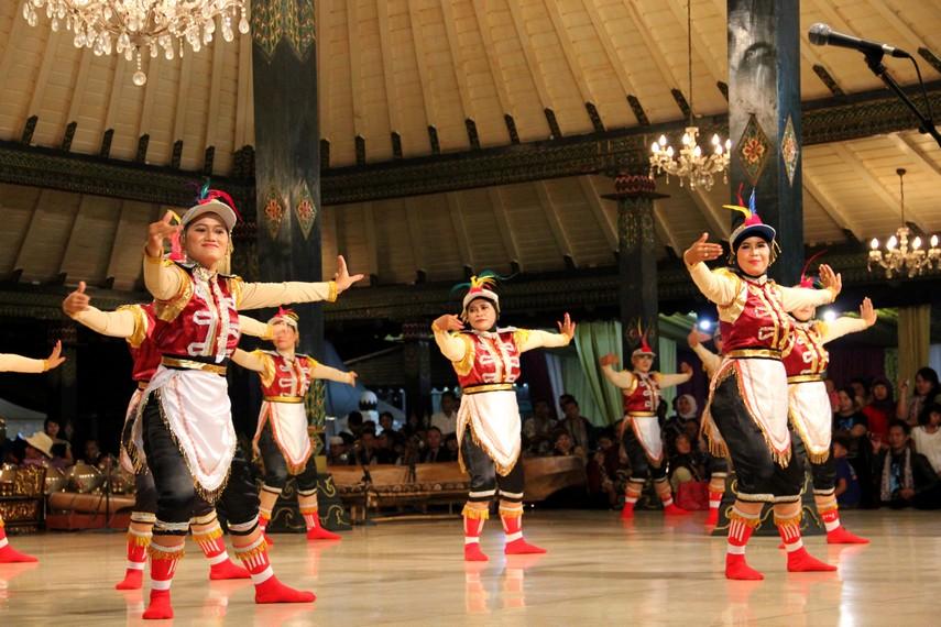 Senam angguk ceria diiringi musik tradisional yang dipadukan dengan musik modern