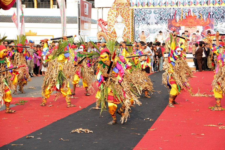 Seni topeng ini antara lain berkembang di daerah Kalianda, Lampung Selatan
