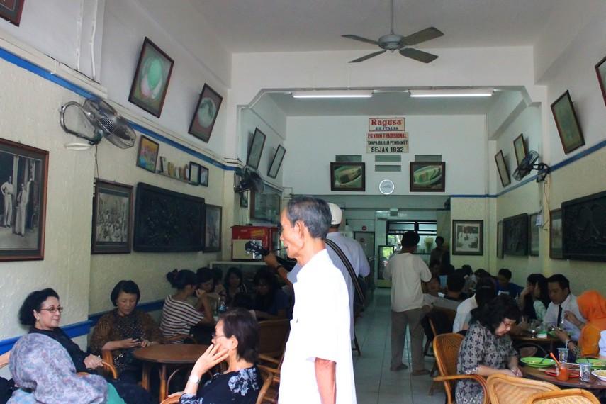 Suasana yang selalu ramai di kedai Es Krim Ragusa