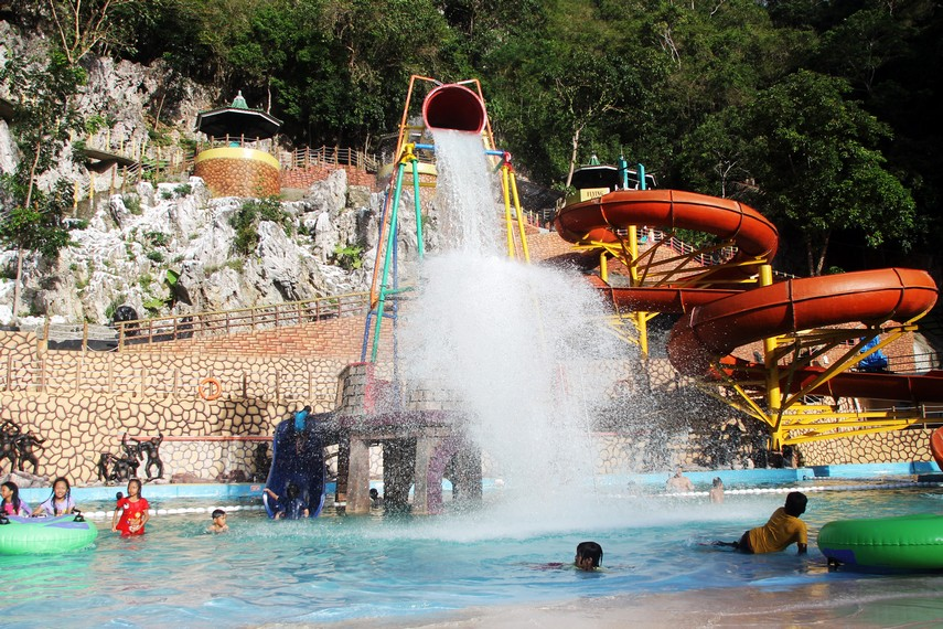 Sensasi utama dari Waterboom adalah siraman air dari ember raksasa yang tepat berada di tengah kolam