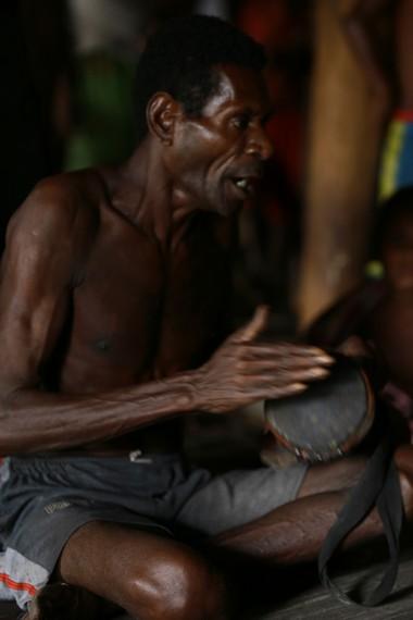 Seorang Bapak berusaha menyelaraskan nyanyian dengan ketukan yang dihasilkan Tifa