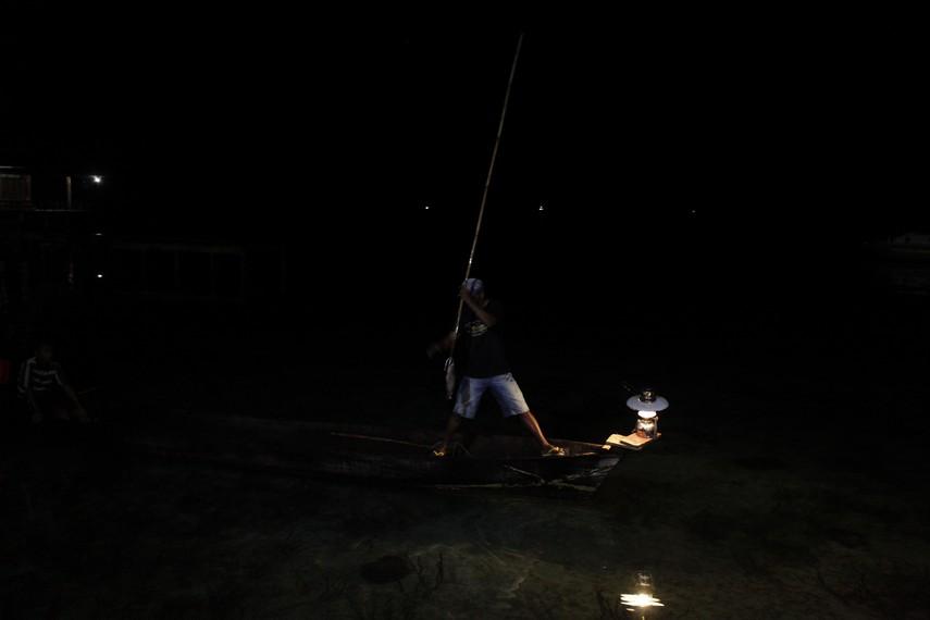 Seorang nelayan sedang melakukan Kalawai