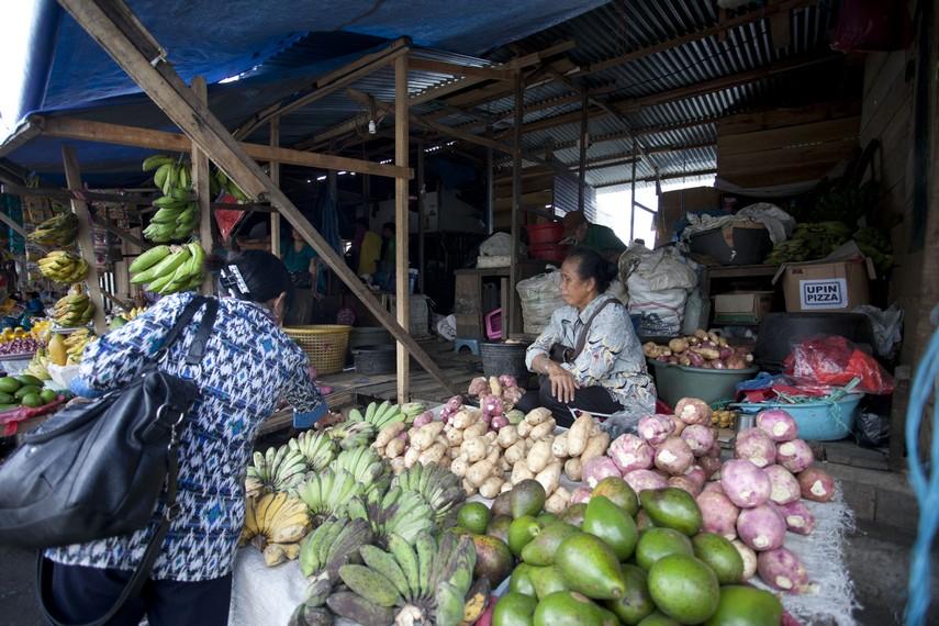 Seorang penjual sedang melayani seorang pembeli