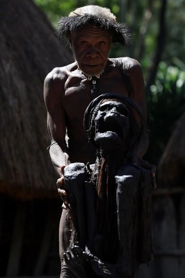 Seorang warga desa setempat yang bertanggung jawab terhadap keberadaan mumi Wimotok Mabel