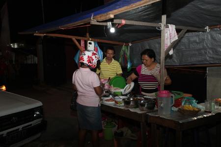 Seorang warga yang sedang membeli nasi kuning