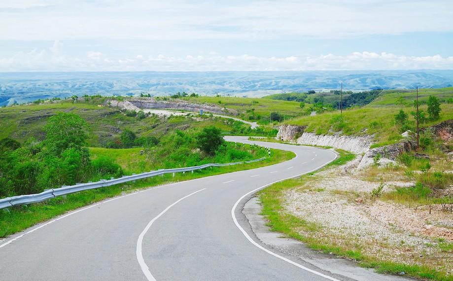 Sepanjang perjalanan yang berkelok-kelok, Anda akan ditemani perbukitan di sisi kanan dan kiri jalan