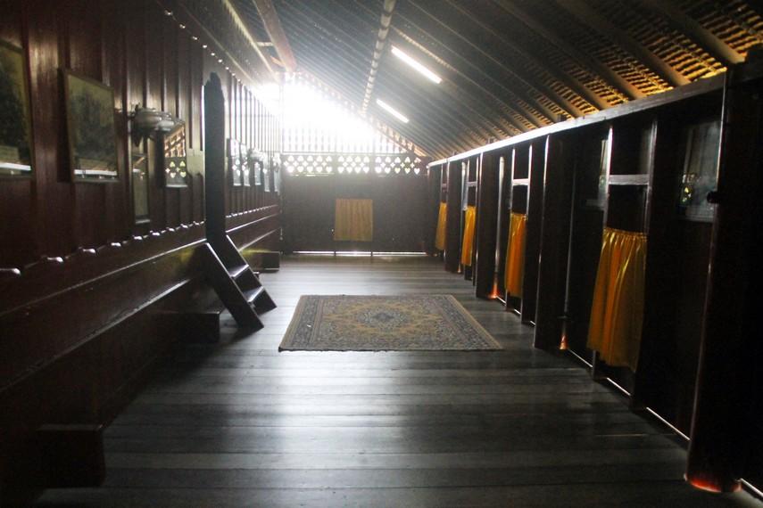 Serambi rumah ini digunakan untuk memamerkan foto dokumentasi seputar perjuangan Cut Nyak Dhien