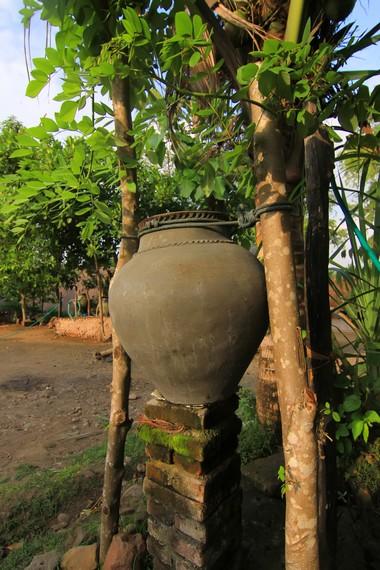 Setiap rumah di Dusun Ende memiliki gentong air yang berfungsi untuk menyimpan air hujan