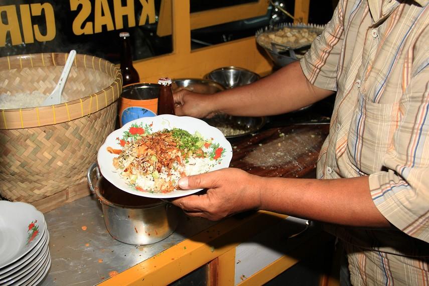 Siraman saus kacang sebagai bumbu pelengkap menjadikan nasi lengko menjadi begitu nikmat saat disantap