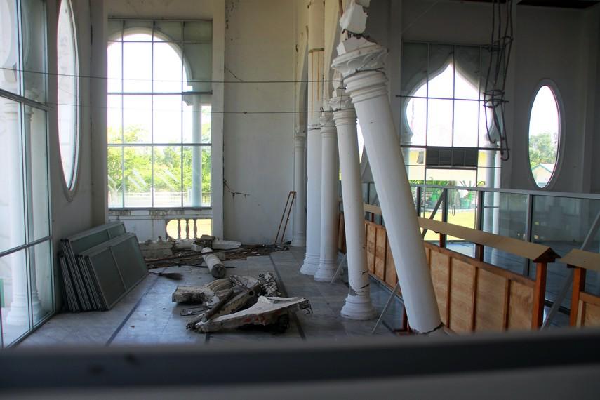 Sisa kerusakan di sisi belakang dari masjid masih dipertahankan sesuai kondisi pasca Tsunami sebagai pengingat