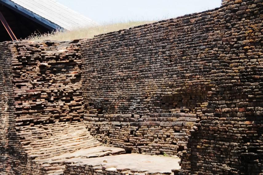 Sisi-sisi Benteng Somba Opu berukuran 2 kilometer dengan tinggi sekitar 7-8 meter, dan ketebalan mencapai 12 kaki