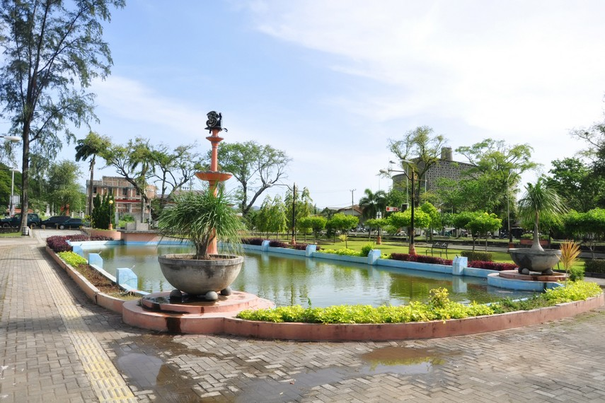 Sisi Selatan dari komplek Tamansari, terlihat bagian atas dari Museum Tsunami Aceh