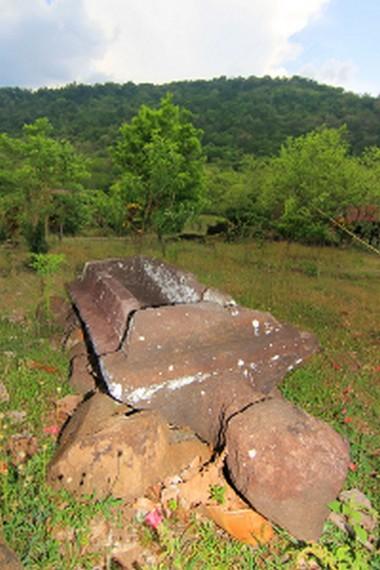 Situs ini berada di salah satu gunung yang ada di Sumbawa, tepatnya di kawasan Gunung Ai Renung