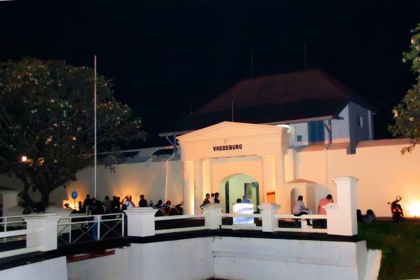 Suasana Benteng Vredeburg di malam hari yang dipenuhi pengunjung