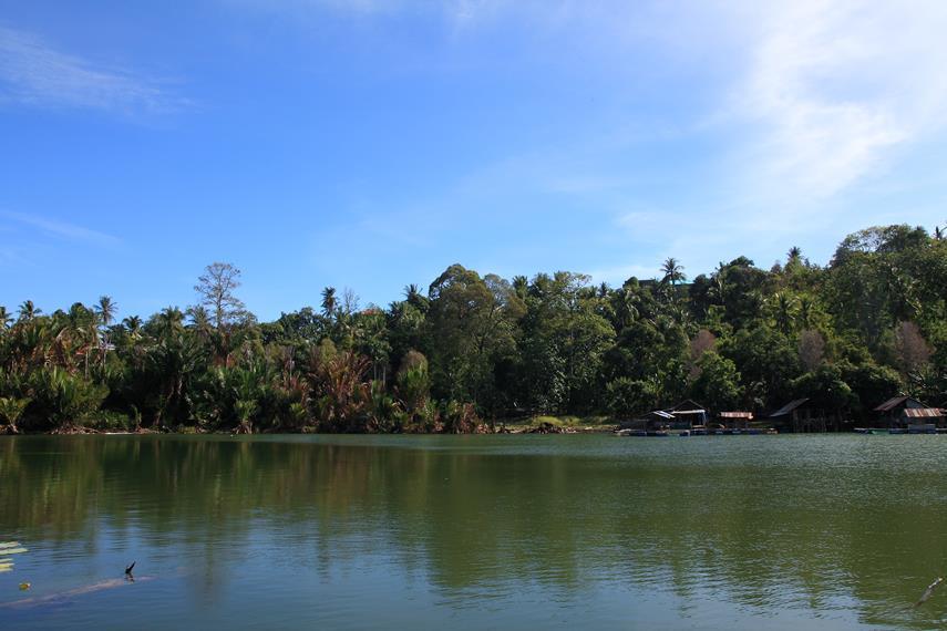 Suasana Danau Ngade yang tenang dan damai