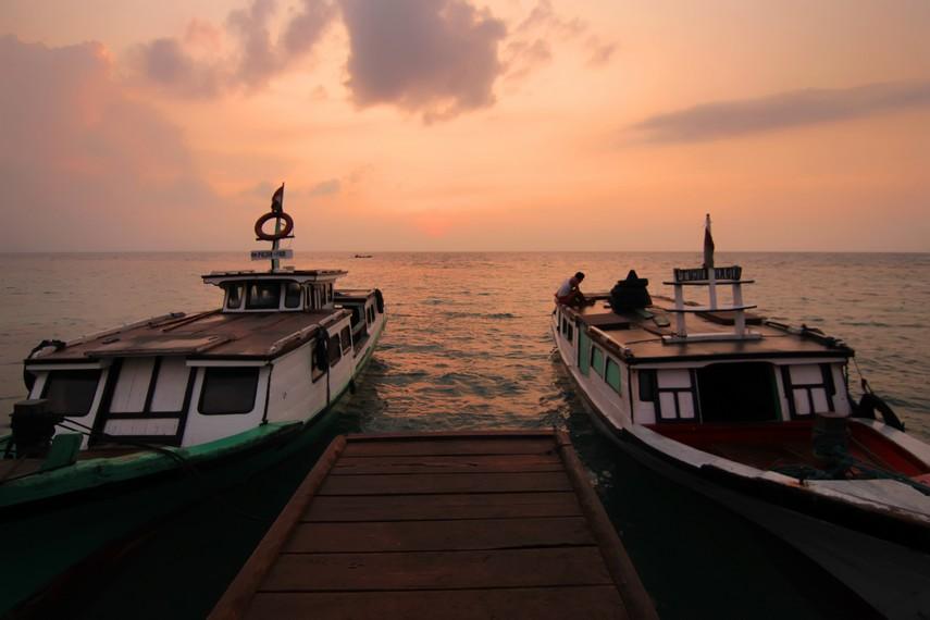 Suasana Dermaga Tejang di pagi hari, terlihat perahu nelayan yang bersiap digunakan masyarakat menyeberang ke Canti