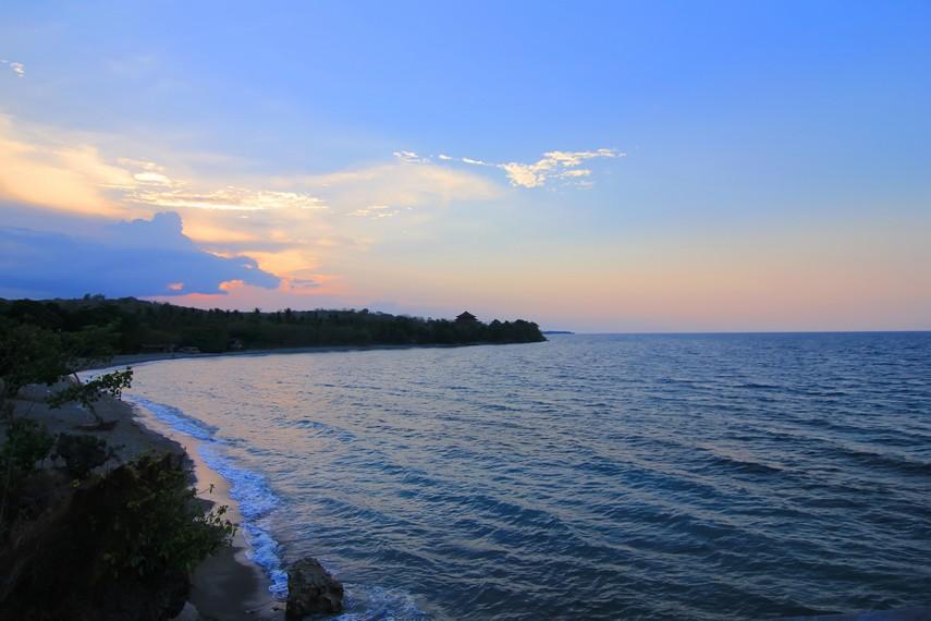 Suasana Pantai Kencana dilihat dari bukit di sudut pantai