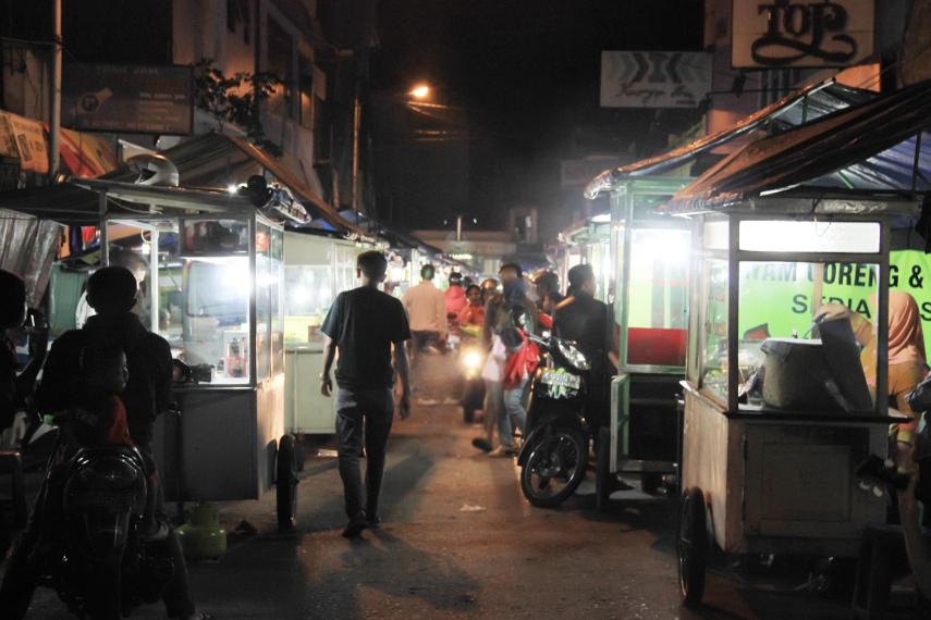 Pasar Ceplak buka mulai dari pukul 16.00 hingga pukul 22.00 WIB