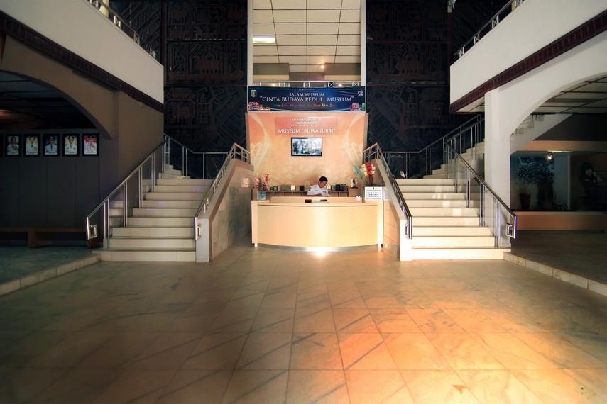 Suasana di Lobi Museum Negeri Lampung yang di kanan dan kirinya terdapat tangga menuju lantai 2