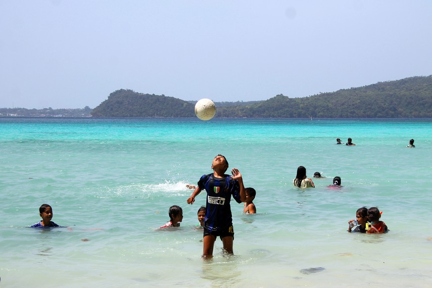 Suasana di Pantai Gapang yang ramai dikunjungi keluarga pada akhir pekan