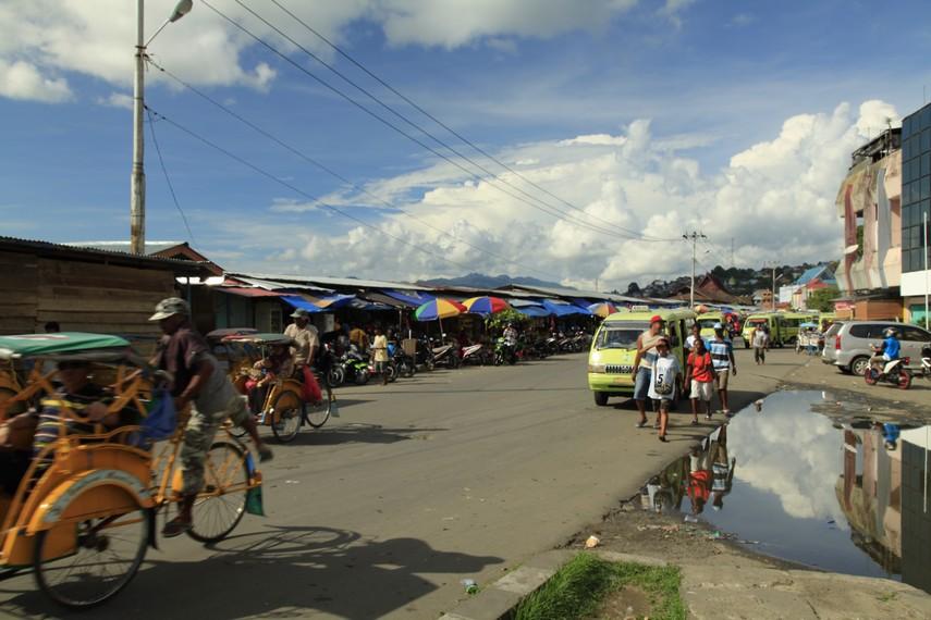 Suasana di jalan depan pasar Mardika