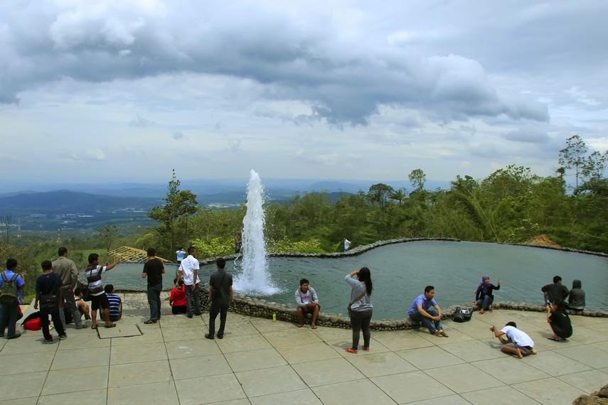 Suasana di kolam Umbul Sidomukti yang dipenuhi wisatawan
