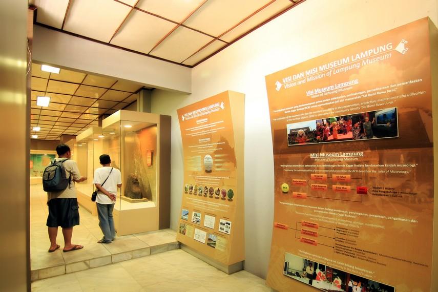 Suasana di salah satu sisi ruang pamer Museum Negeri Lampung