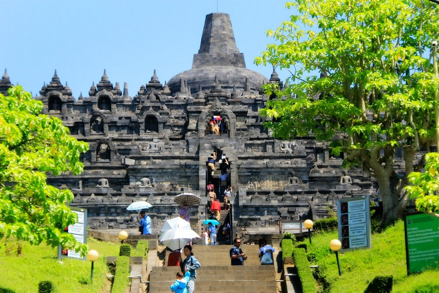 Suasana disalah satu sudut Candi Borobudur yang dipadati pengunjung