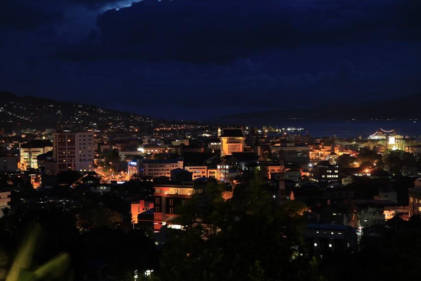 Suasana kota Ambon di waktu malam