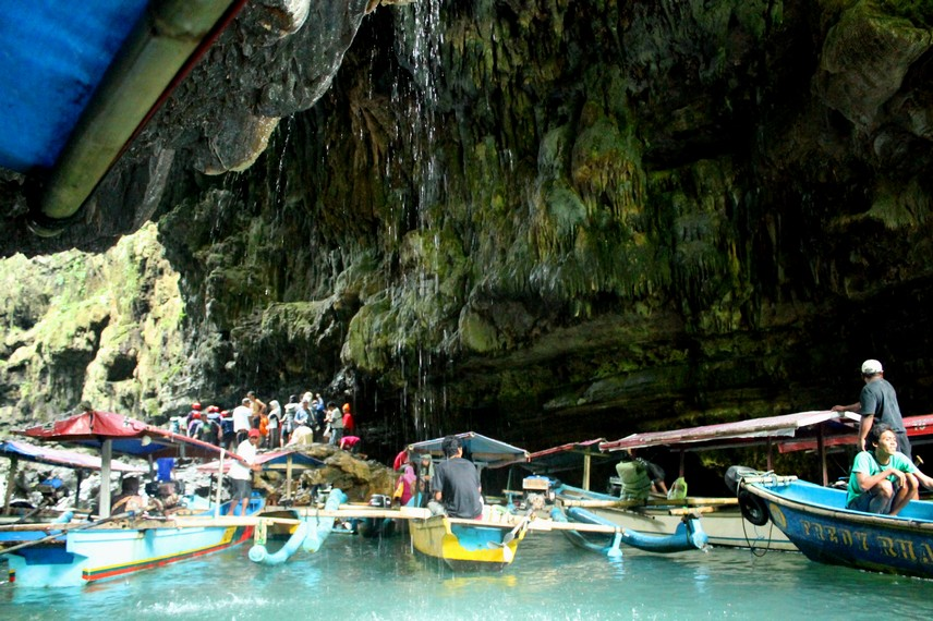Suasana mulut gua Cukang Taneuh dipenuhi perahu, selanjutnya pengunjung dapat melanjutkan perjalanan dengan berenang