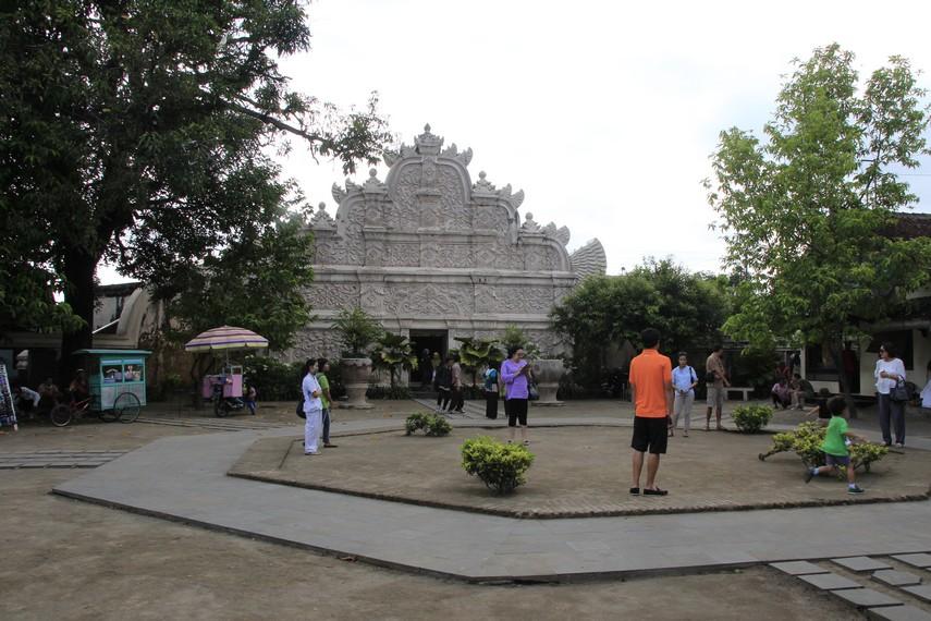 Suasana pelataran Taman Sari yang dipenuhi wisatawan