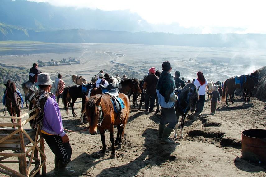 Suasana pengunjung dan penduduk yang berbaur menjadi satu di kawasan Gunung Bromo