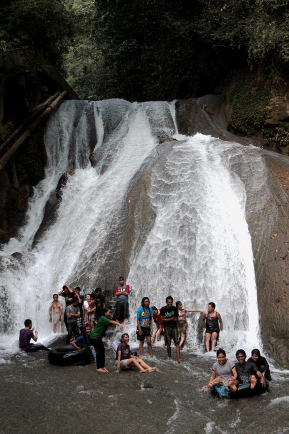 Dengan lebar mencapai 20 meter dan tinggi 15 meter, air terjun ini disebuat Niagara-nya Indonesia