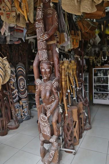 Sudut toko yang memajang banyak sekali pernik-pernik Papua dari berbagai suku yang ada