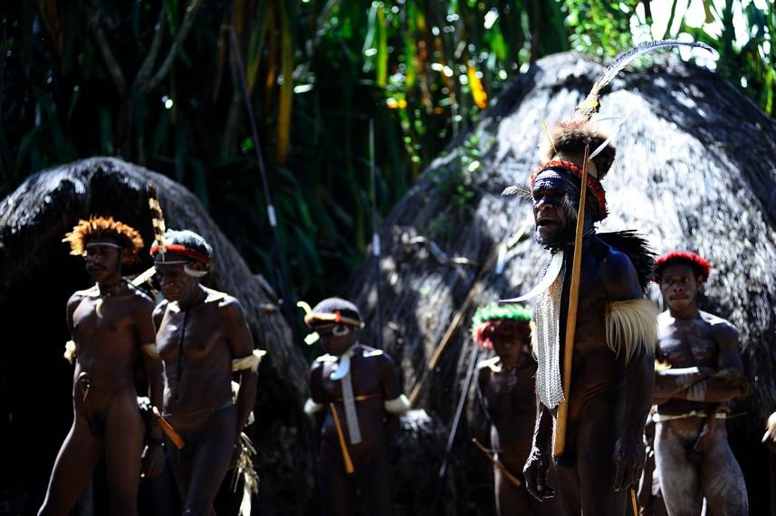 Suku Dani yang masih khas dengan pakaian adat dan tradisinya