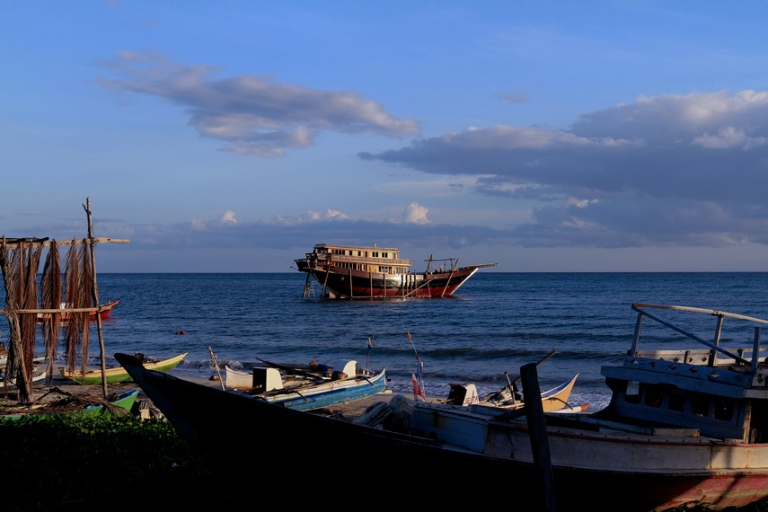 Kapal Pinisi di tengah laut