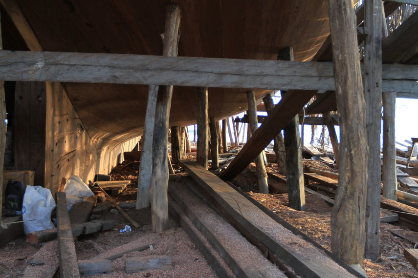 Penyangga bagian bawah dalam pembuatan Kapal Pinisi