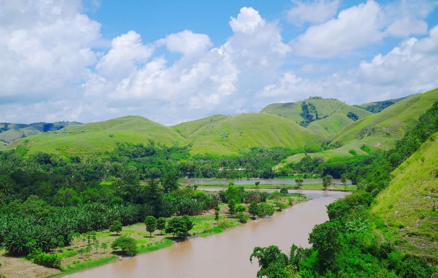 Sungai Kambaniru dan jajaran perbukitan hijau dilihat dari atas bukit