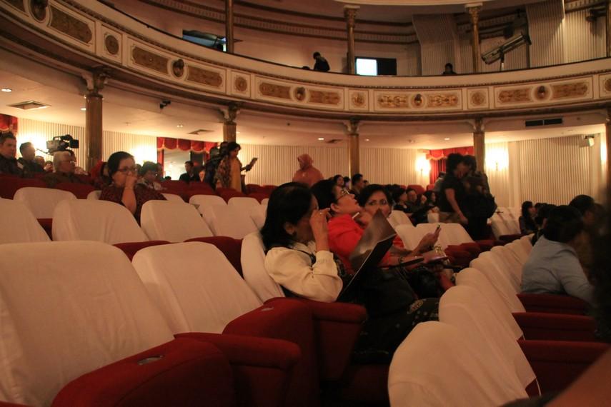 Susunan penonton yang ingin menyaksikan salah satu pertunjukan di dalam Gedung Kesenian Jakarta