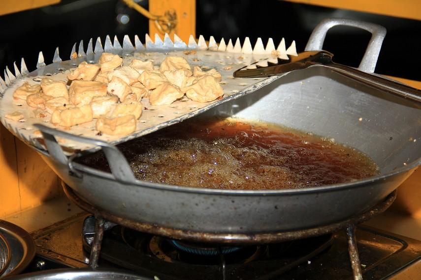 Tahu goreng menjadi salah satu bahan pelengkap yang terdapat pada kuliner khas Cirebon ini