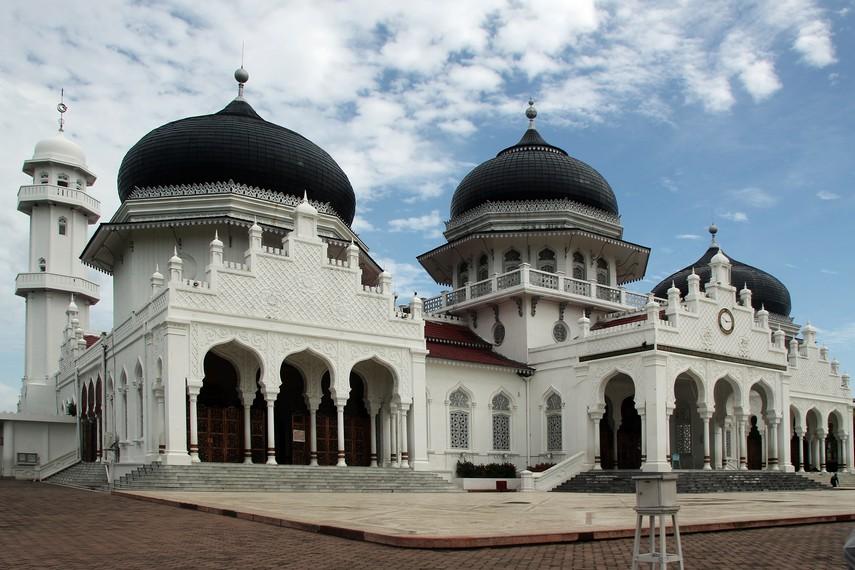 Tahun 1992, dilakukan penambahan dua kubah dan lima menara pada Masjid Raya Baiturrahman
