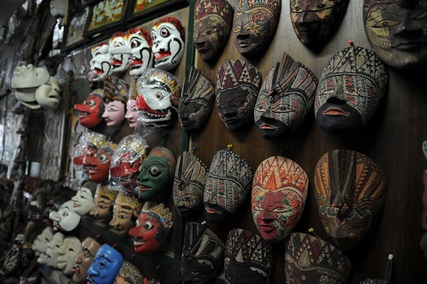 Tak hanya benda-benda antik, sekarang ini Pasar Triwindu juga menjual pernak-pernik unik khas Jawa Tengah