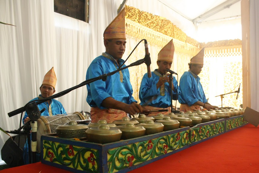 Talempong biasanya dimainkan bersama instrumen saluang, gandang, dan akordeon