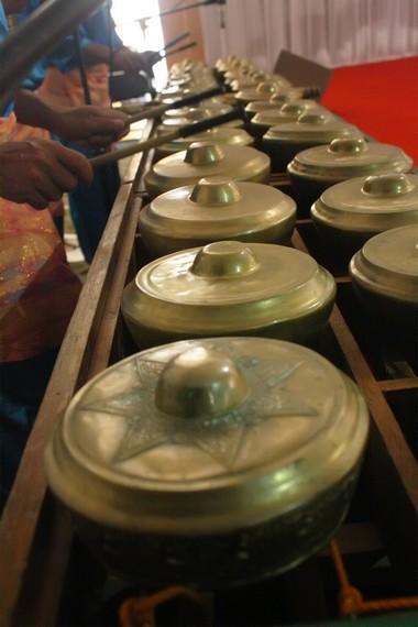 Talempong menyerupai instrumen bonang dalam rangkaian perangkat gamelan